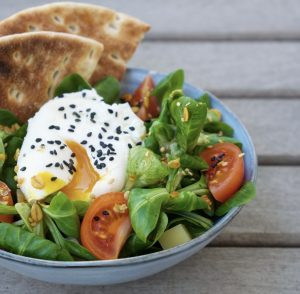 Salade de mâche accompagné de son oeuf poché