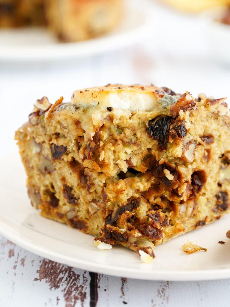Recette du cakesans farine : Chèvre, tomates séchées et noix.