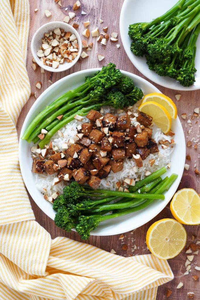 Recette de : Riz au tofu caramélisé, Brocolis Bimi® et amandes concassées