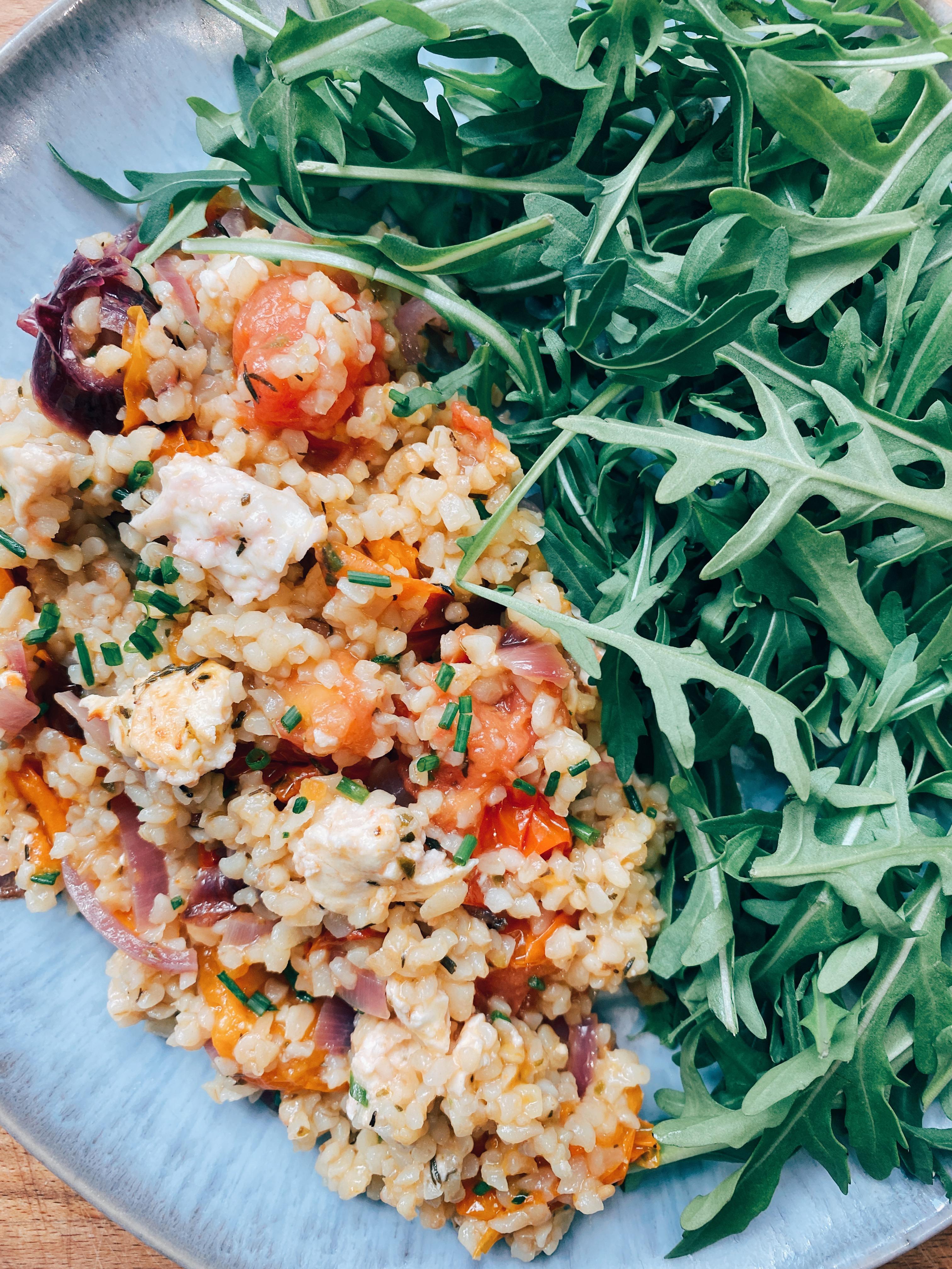 """Recette de """"Salade de boulgour"""" aux tomates confites, feta rôtie et roquette."""